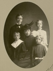 Leopold family portrait. Frederic is on the lower right, Aldo on the upper left. Brother Carl and sister Marie are also shown with their mother Clara. Frederic Leopold Papers, MS 113, Box 6, Folder 1.
