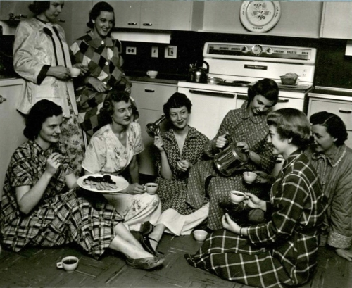 [Eight home management students catch up on the events of the day.] (1953)(University Photographs box 946)
