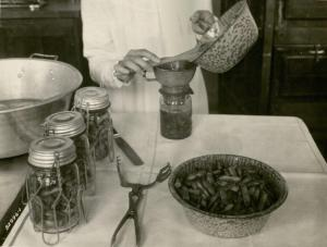 Process of canning beans, 1928. University Photographs, RS 16/3/F, Box 1368.