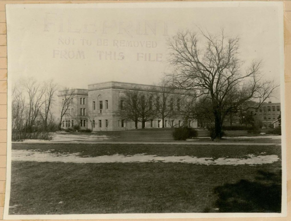 Black and white photo of the Iowa State University library in 1925.
